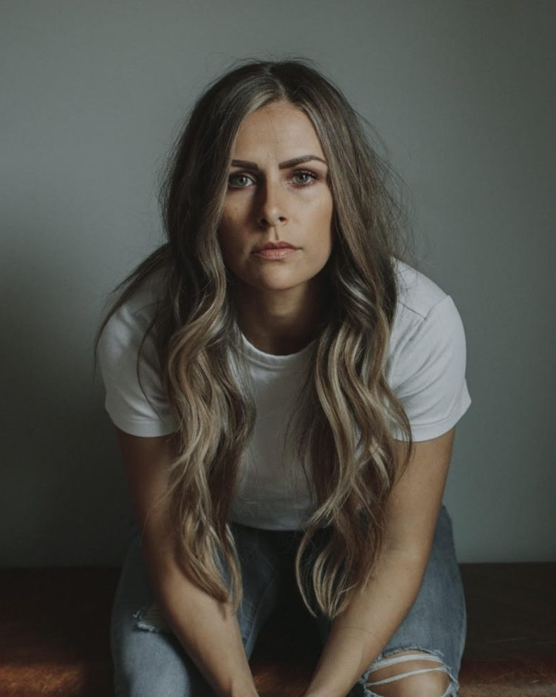 """Read more about the article Country Artist Sarah Faith's New Single is Simply """"Honest"""""""