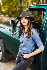 """Read more about the article Country Artist Stephanie Ryann Kicks Up Some Dirt with Her New Single """"Gravel"""""""